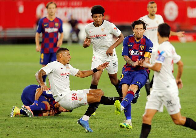 El momento del choque del jugador del Barcelona, Lionel Messi, con el defensa del Sevilla, Diego Carlos
