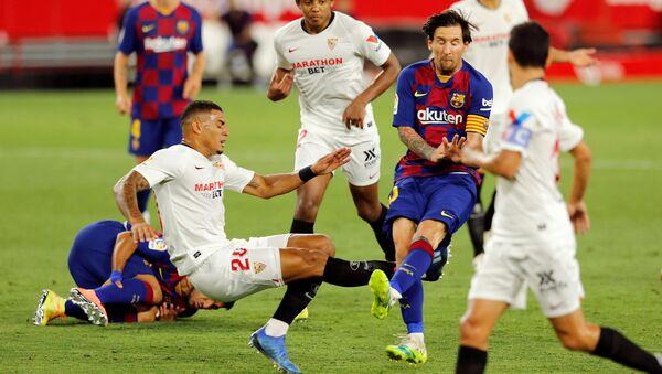 El momento del choque del jugador del Barcelona, Lionel Messi, con el defensa del Sevilla, Diego Carlos - Sputnik Mundo