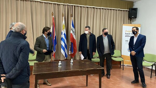 Luis Lacalle Pou, presidente de Uruguay en la reunión con autoridades en el este del país ante brote de -19 - Sputnik Mundo