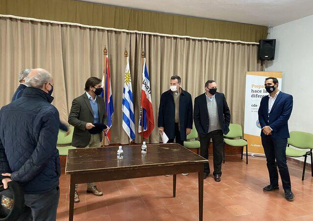 Luis Lacalle Pou, presidente de Uruguay en la reunión con autoridades en el este del país ante brote de -19