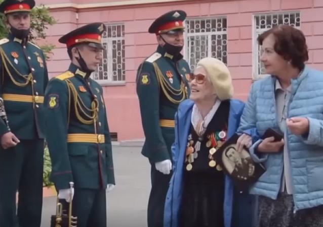 Organizan un minidesfile para una veterana de la Segunda Guerra Mundial