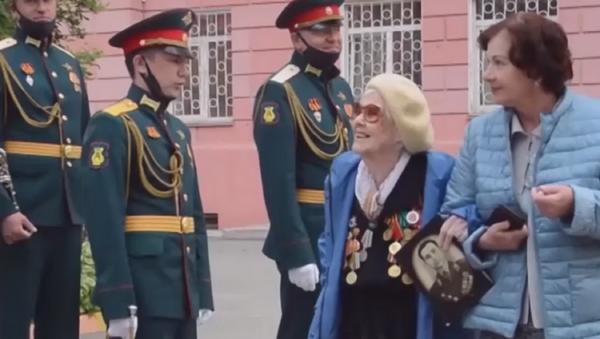 Organizan un minidesfile para una veterana de la Segunda Guerra Mundial  - Sputnik Mundo