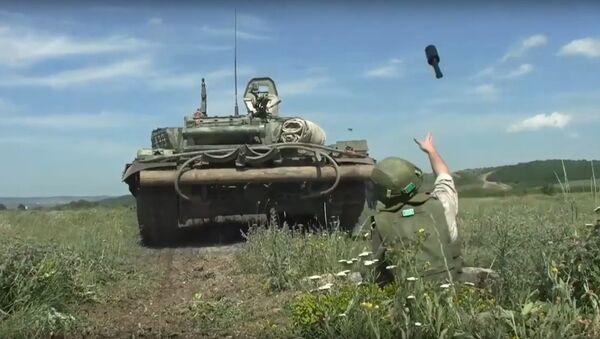 Un soldado lanza una granada contra un tanque - Sputnik Mundo