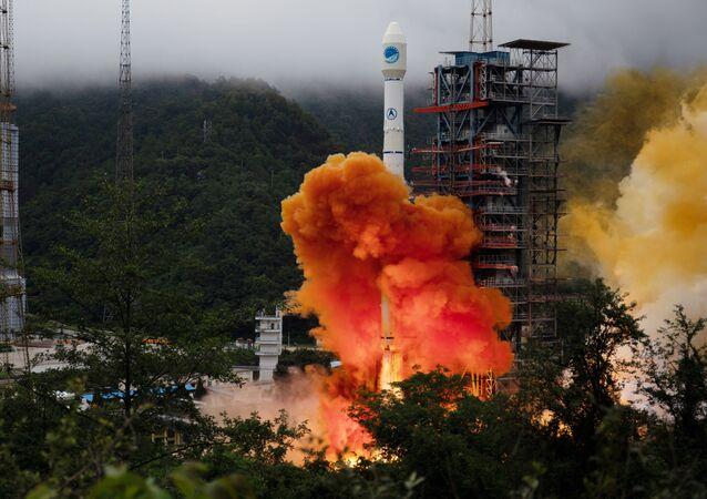Lanzamiento del cohete portador Larga Marcha-3B con el satélite de navegación Beidou