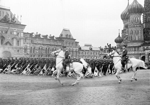 Histórico e inolvidable: así fue el primer Desfile de la Victoria - Sputnik Mundo