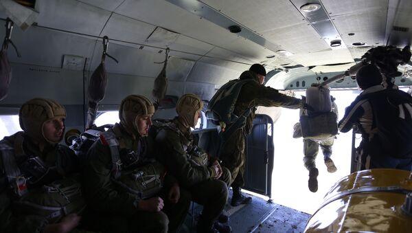 Soldados rusos de fuerzas especiales con paracaídas - Sputnik Mundo