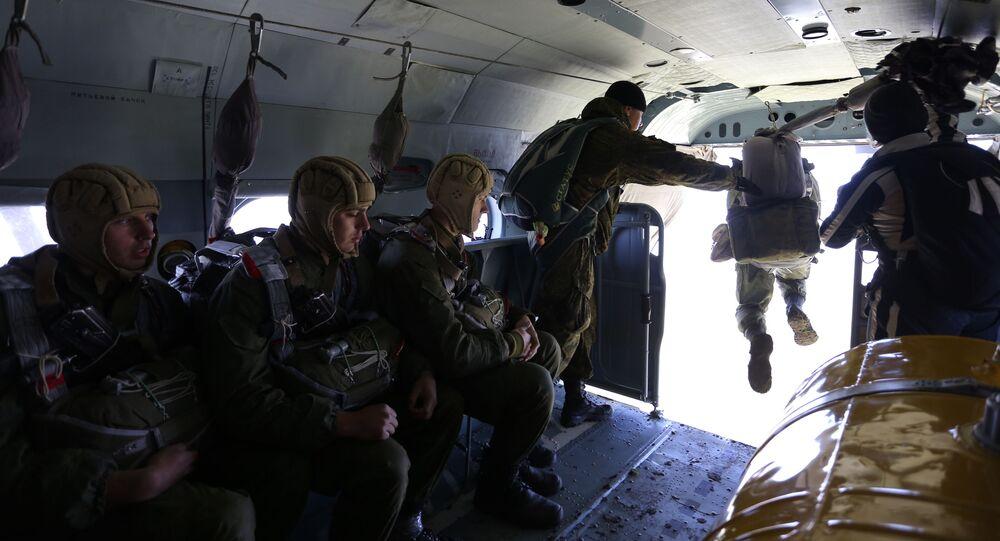 Soldados rusos de fuerzas especiales con paracaídas