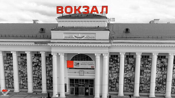 Cientos de retratos de veteranos de la Gran Guerra Patria fueron colgados de la fachada de la estación de trenes de Ekaterimburgo - Sputnik Mundo