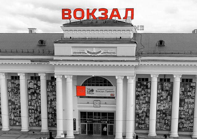Cientos de retratos de veteranos de la Gran Guerra Patria fueron colgados de la fachada de la estación de trenes de Ekaterimburgo