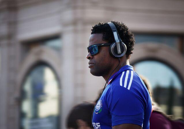 Hombre con auriculares (imagen referencial)