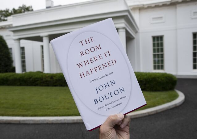 Libro de John Bolton fotografiado frente a la Casa Blanca, Washington, 18 junio de 2020
