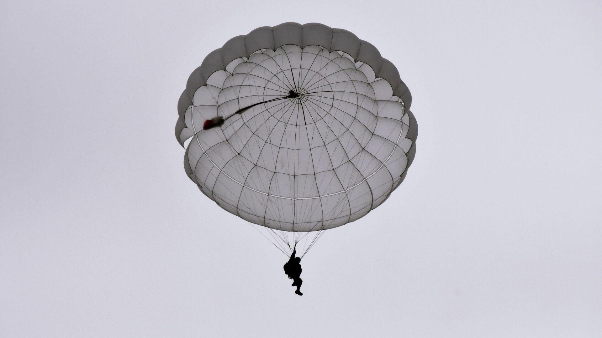 Una persona durante un salto de paracaídas (imagen referencial) - Sputnik Mundo, 1920, 05.03.2021