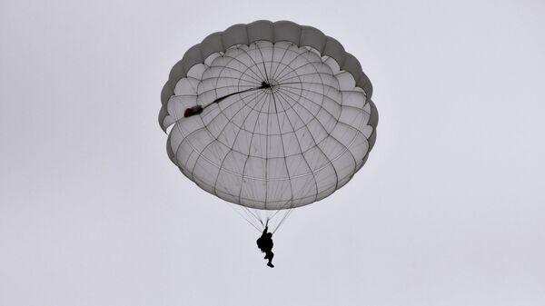 Una persona durante un salto de paracaídas (imagen referencial) - Sputnik Mundo