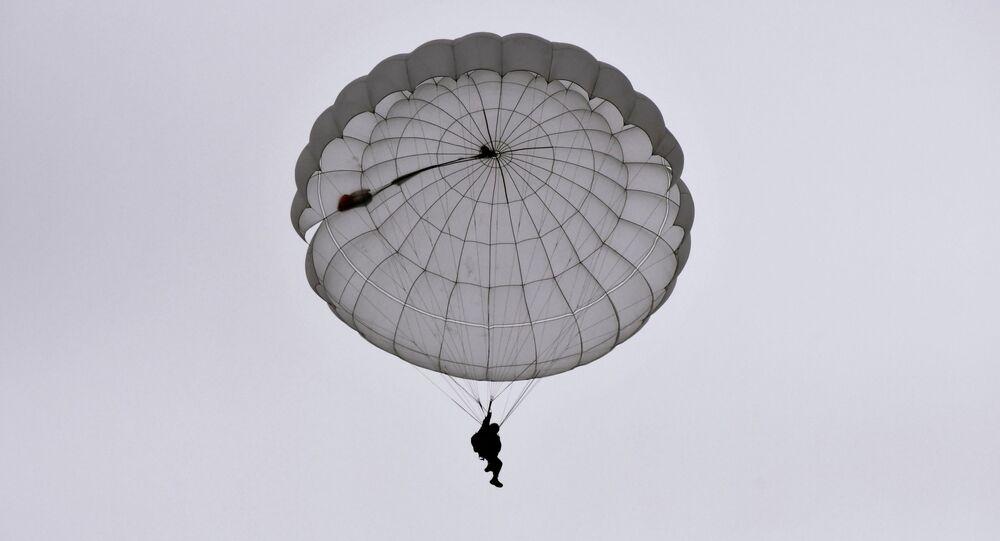 Un recluta de las Fuerzas Aerotransportadas de Rusia durante un salto de paracaídas