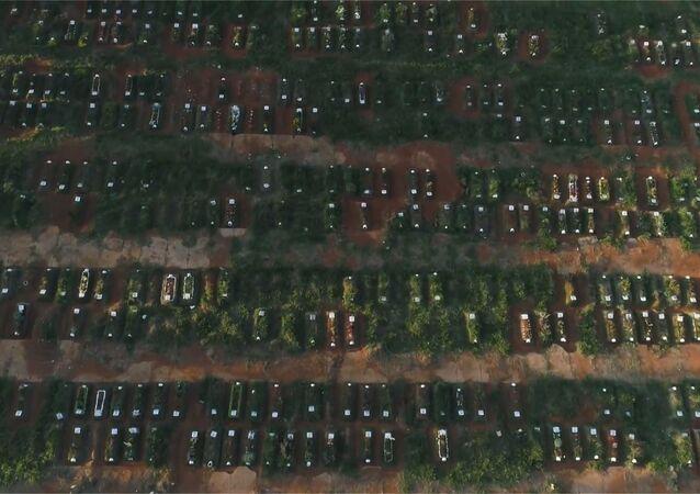 Cavan cientos de nuevas sepulturas en el más grande cementerio de América Latina