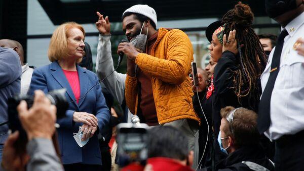 El alcalde de Seattle, Jenny Durkan y el organizador del movimiento David Lewis  - Sputnik Mundo