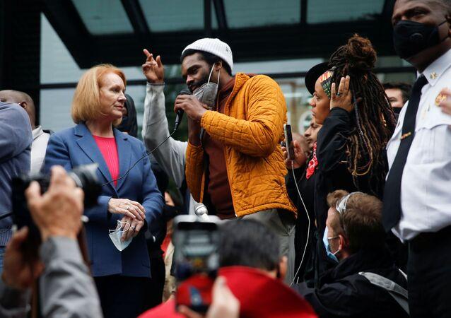 El alcalde de Seattle, Jenny Durkan y el organizador del movimiento David Lewis