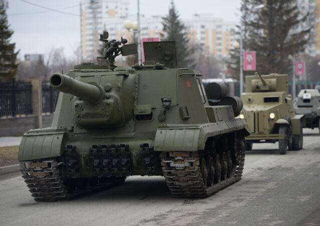 El cañón autopropulsado ISU-152
