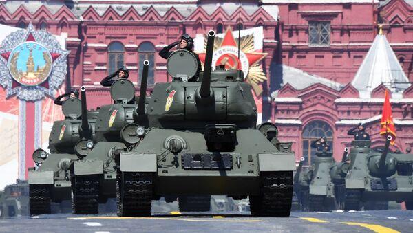 Los legendarios tanques Т-34-85 pasan por la Plaza Roja de Moscú - Sputnik Mundo