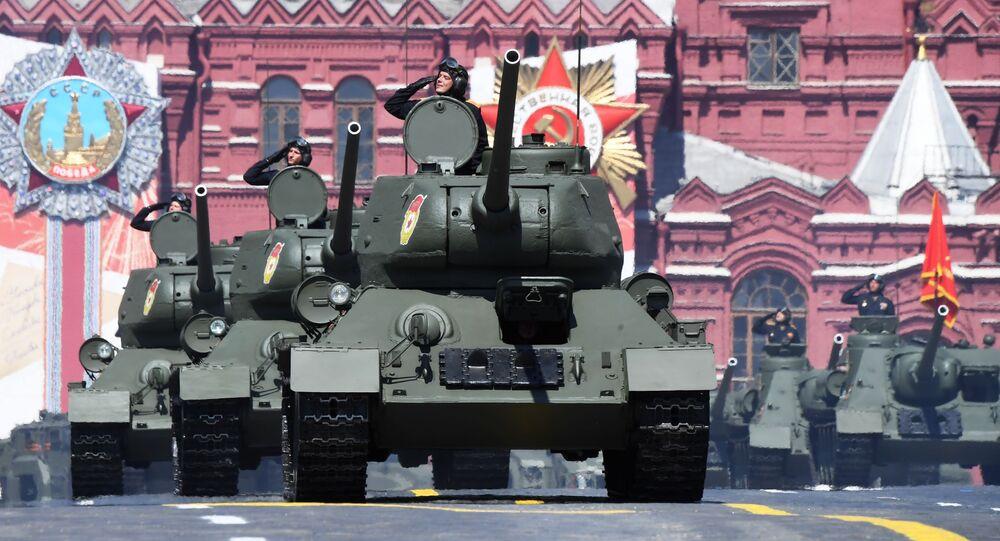 Los legendarios tanques Т-34-85 pasan por la Plaza Roja de Moscú
