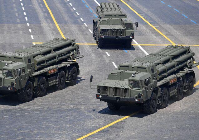 Los lanzacohetes múltiples Tornado-S en el Desfile de la Victoria 2020