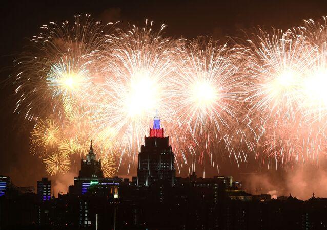 Espectáculo de fuegos artificiales en el cielo moscovita con motivo del Día de la Victoria