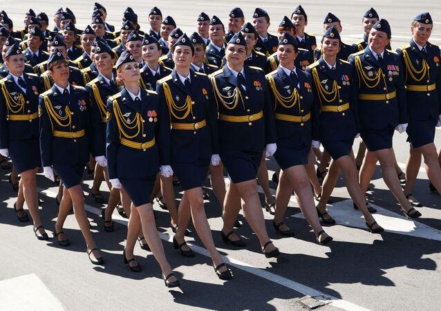 Unas soldados marchan en el desfile de la victoria de Kaliningrado