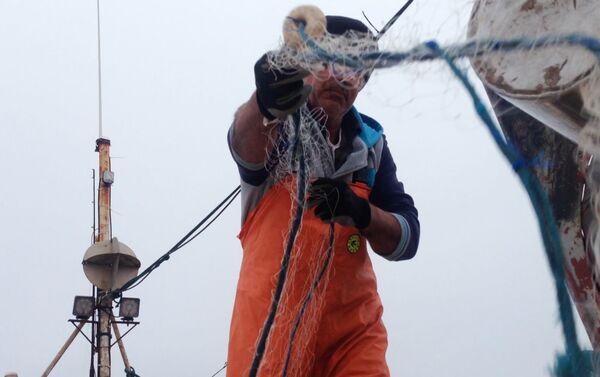 Fredy, pescador de Punta del Diablo, trabajando con una red sobre su embarcación, Rocha, Uruguay - Sputnik Mundo