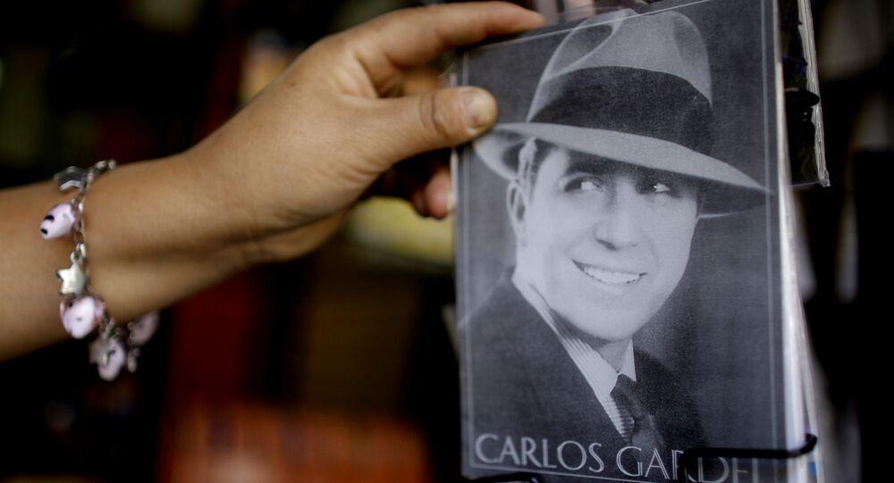 Una postal con un retrato del cantante de tangos Carlos Gardel
