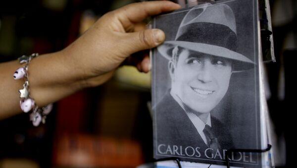 Una postal con un retrato del cantante de tangos Carlos Gardel - Sputnik Mundo