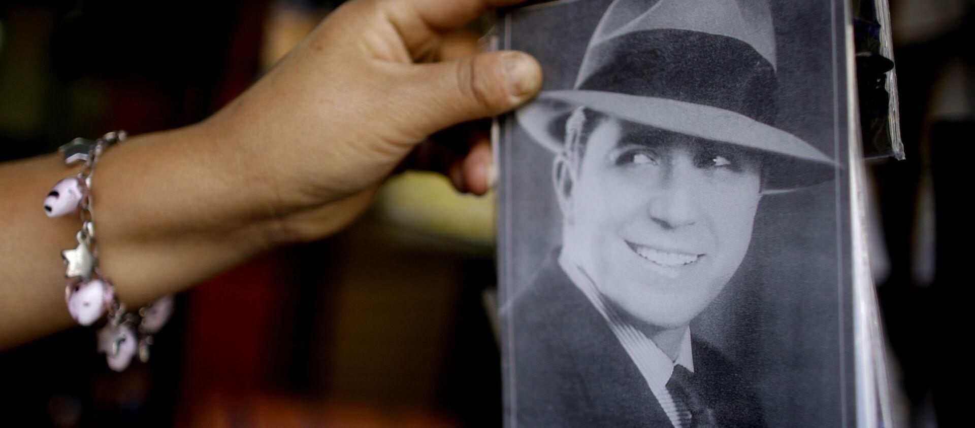 Una postal con un retrato del cantante de tangos Carlos Gardel - Sputnik Mundo, 1920, 24.06.2020