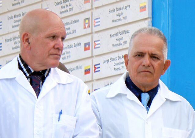 Rubén Carballo (derecha), enfermero cubano que integró Brigada Médica de Cuba en Lombardía, Italia