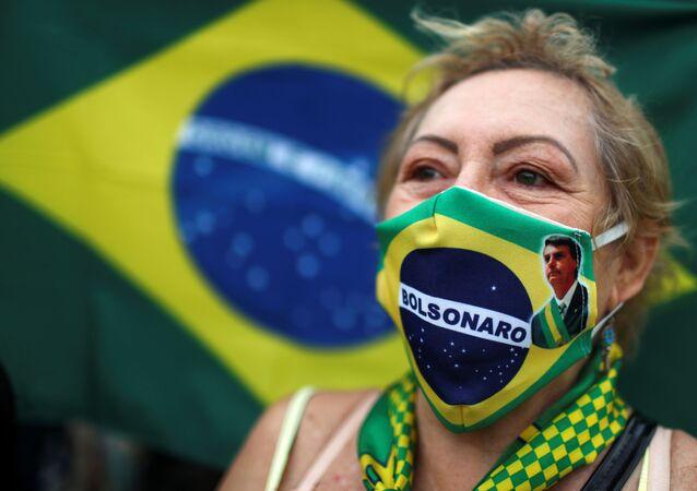Una mujer brasileña con una mascarilla con la imagen de Bolsonaro