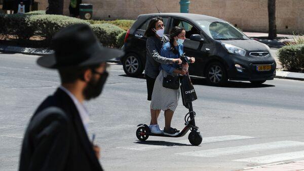 Israelíes en mascarillas - Sputnik Mundo
