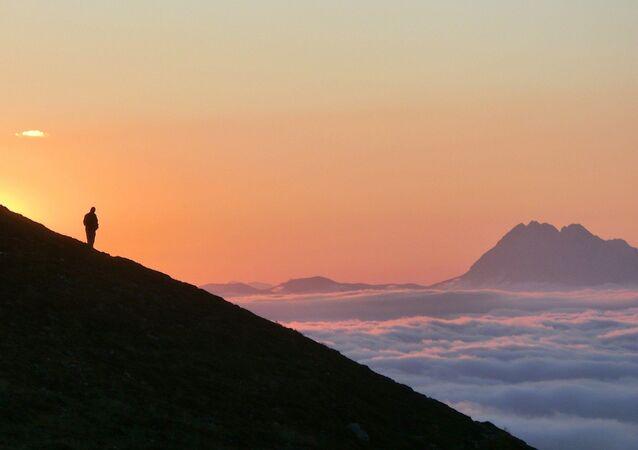 Una persona en lo alto de una montaña (referencial)