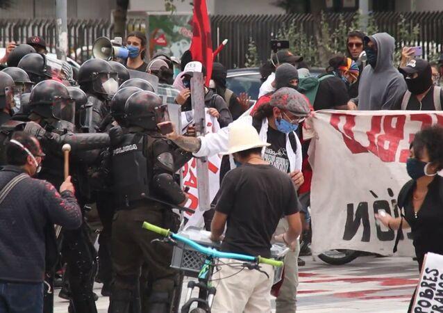 Protestan contra recortes presupuestarios y despidos en Ecuador