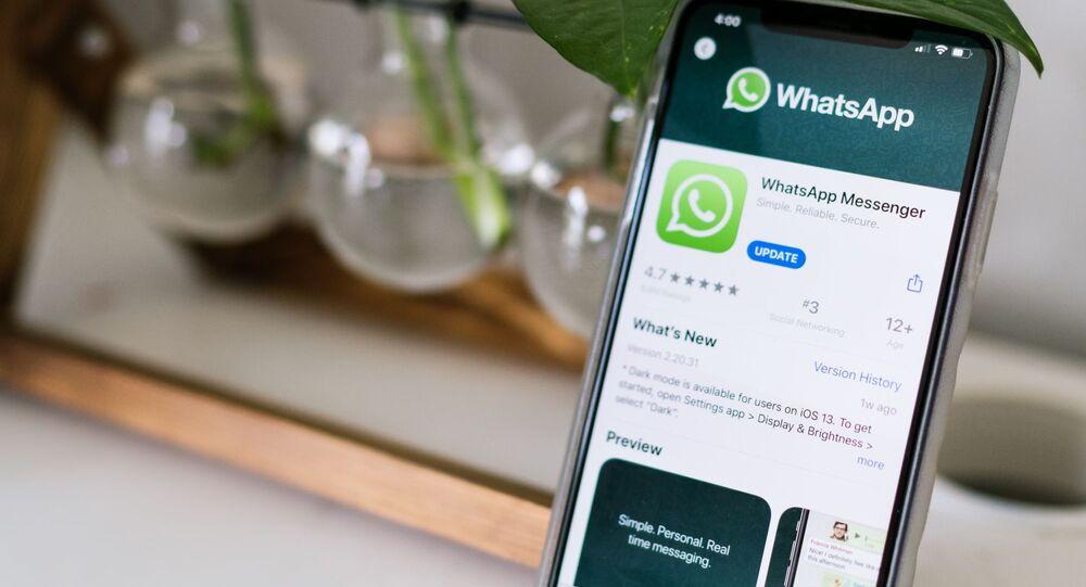 Un teléfono con WhatsApp