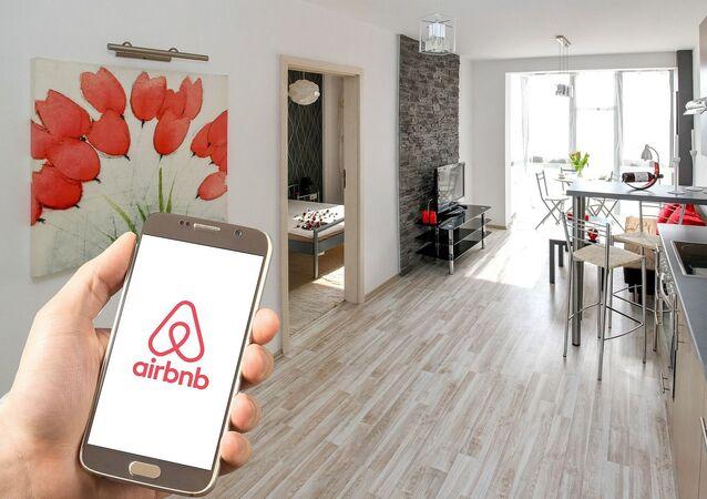 Aplicación de Airbnb en un smartphone