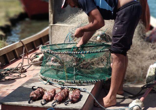 Jaula circular lista para salir a pescar en Barra de Valizas con los pescadores artesanales, Rocha, Uruguay