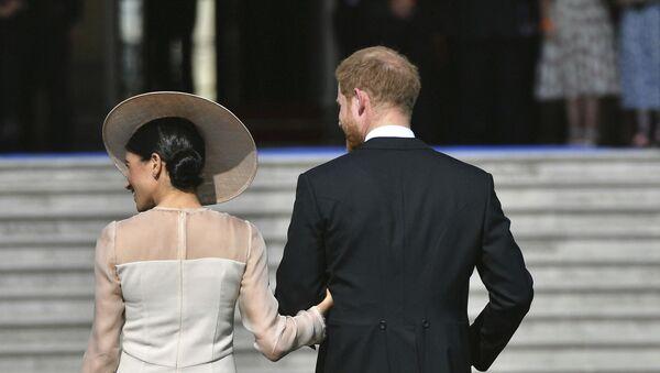 Meghan Markle y el príncipe Harry dejan la fiesta de cumpleaños del príncipe Carlos, en 2018 - Sputnik Mundo
