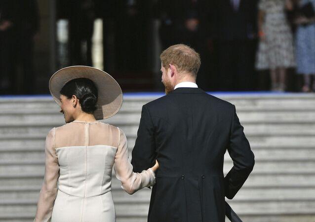 Meghan Markle y el príncipe Harry dejan la fiesta de cumpleaños del príncipe Carlos, en 2018