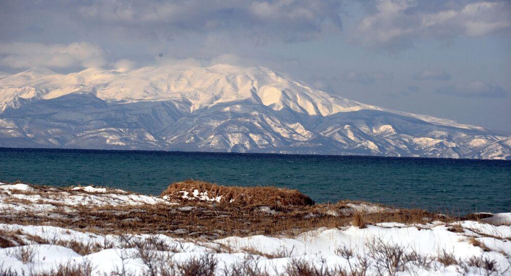 Vista a la isla Hokkaido desde la isla de Kunashir