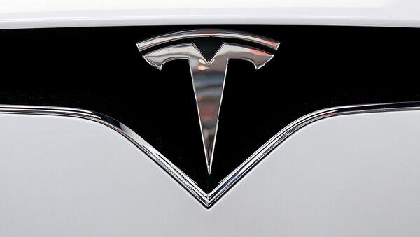 El logotipo de Tesla en un automóvil de la marca - Sputnik Mundo