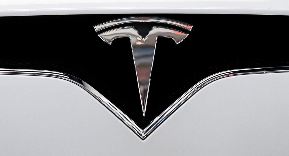 El logotipo de Tesla en un automóvil de la marca