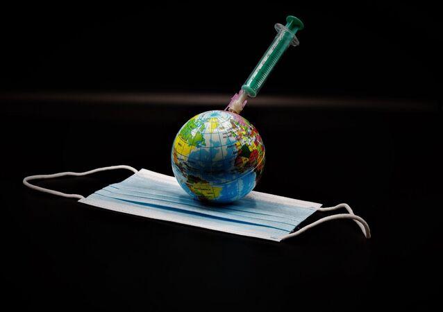 Un globo, una vacuna y una mascarilla durante el brote de coronavirus en el mundo