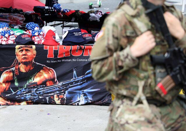 Un retrato de Donald Trump y un militar de EEUU (imagen referencial)