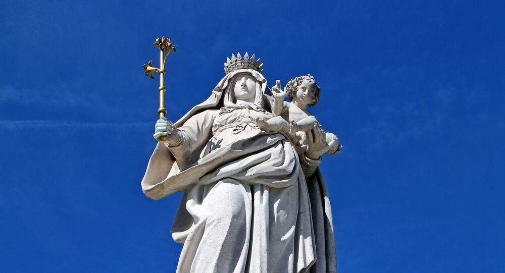 La estatua de la Virgen María con Jesús