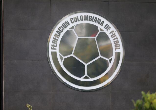 Escudo de la Federación Colombiana de Fútbol en su sede