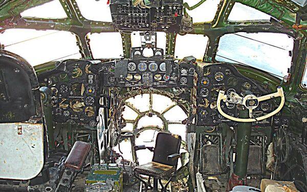 Estado de la cabina de pilotos del Tu-104 en Berdsk antes de que empezara su restauración - Sputnik Mundo