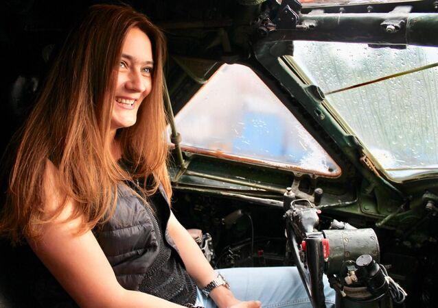 María Karmánova en la cabina del Tu-104 que está restaurando
